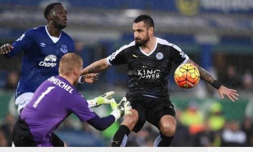 Riyad Mahrez (áo đen) tiếp tục nổ súng giúp Leicester giữ vững ngôi đầu. Ảnh: Reuters.