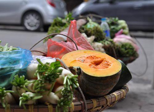 Trời lạnh, các loại rau lá khan hiếm nên nhiều sạp hàng chỉ còn các loại củ, quả.