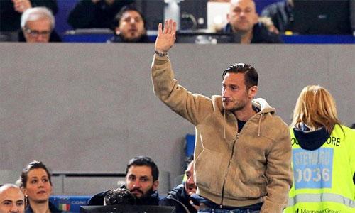Totti ngồi trên khán đài xem các đồng đội thi đấu với Palermo dù hoàn toàn khỏe mạnh. Ảnh: EPA.