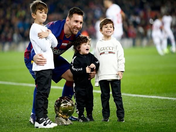 Messi tập luyện tại nhà cùng con trai